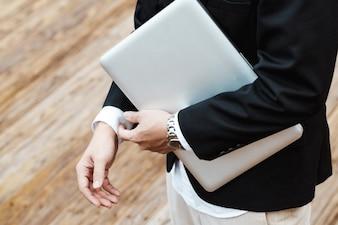 Concept Business - Knappe Aziatische Zakenman die aan het juiste werk werkt