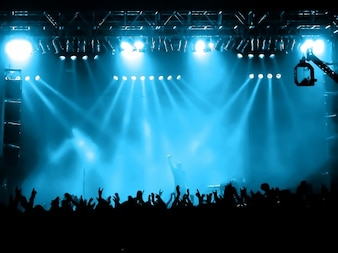 Concert scene met blauwe lichten
