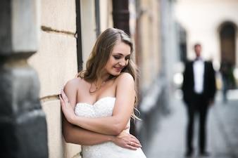Coquette bruid op straat