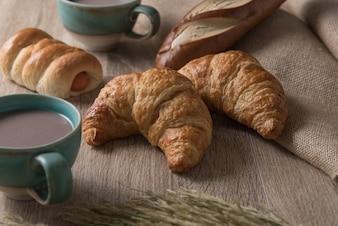 Croissants met brood en koffie kop op houten achtergrond