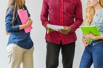 Crop studenten delen ideeën tijdens het studeren
