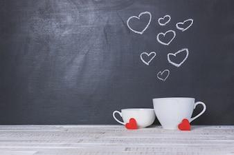 Cup met een schoolbord achter met getrokken harten