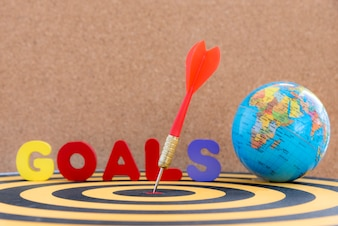 Dart doel in bullseye met woord doelen en wereldbol