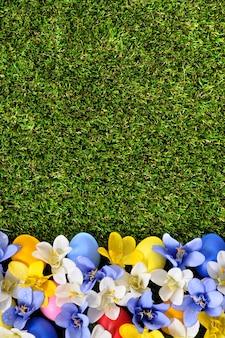 De achtergrond van Pasen met eieren en bloemen