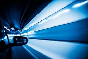 De auto ging met een hoge snelheid door de tunnel