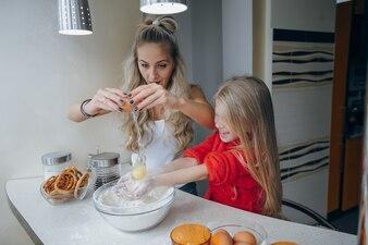 De hand dochter kom gezicht koken