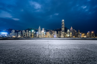 De lange gebouwen aan de rand van Victoria Harbour in Hongkong, de moderne stad, China