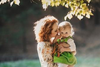 De moeder omhels haar dochter
