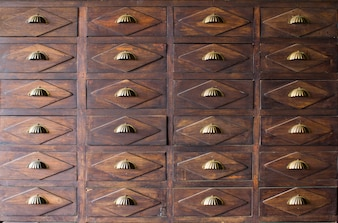 De oude houten lade met metalen handvat
