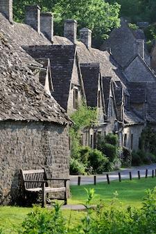 De traditionele oude huizen in het Engels landschap van Cotswolds