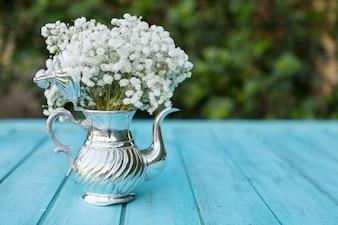 Decoratieve theepot vol met witte bloemen