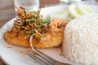 Deep Fried Fried Dolly Fish Steak Met Saus Stir Basilicus Kruidig ​​Kruid Heet en Pittig Heerlijk Thaise Etenstijl