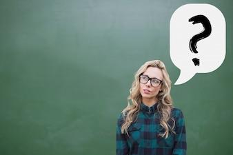 Doordachte jonge vrouw met een vraagteken