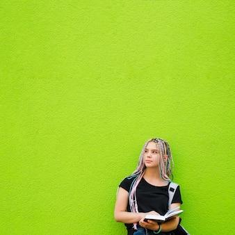 Dromen meisje poseren met boek