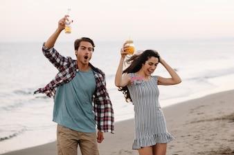 Dronken paar op het strand