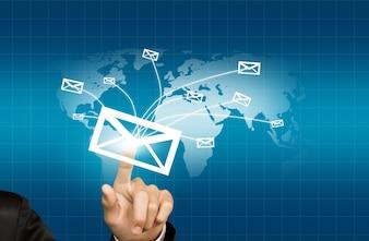Drukken van de hand een envelop die aan de wereld wordt gestuurd