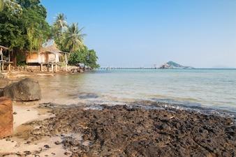 Duidelijke blauwe lucht en zee in Koh Mak, Thailand
