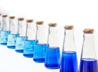 Een glazen fles met blauwe vloeistof