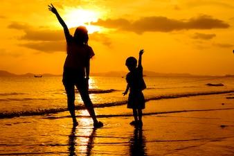 Een moeder en zoon in buiten bij zonsondergang met kopie ruimte