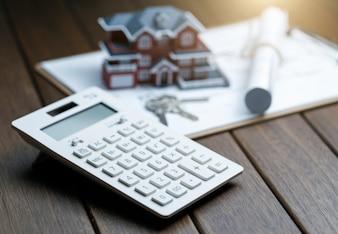 Een rekenmachine voor een Villa-huismodel met een blauwdruk