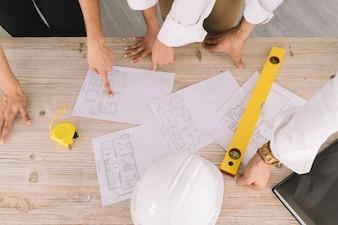 Engineering concept met plannen op tafel