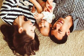 Familie liggend op het tapijt