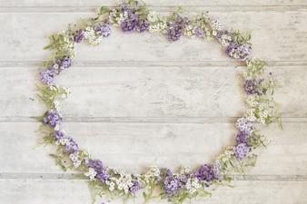 Fantastic bloemen frame op houten oppervlak
