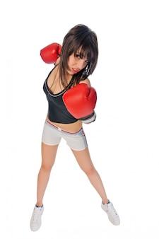 Fit meisje met bokshandschoenen