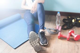 Fitness vrouw ontspannen na training, Sport en gezond concept