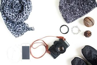 Flat lay fotografie met camera, mobiele telefoon, mode accessoires, essentiële items voor vrouw, bovenaanzicht, bovenaanzicht