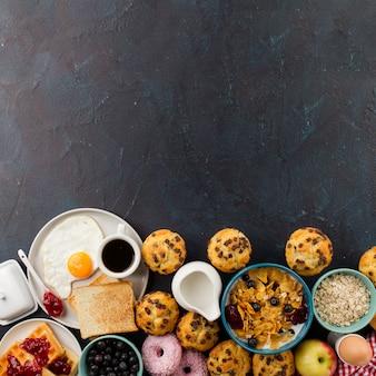 Gebakken ei en muesli voor ontbijt