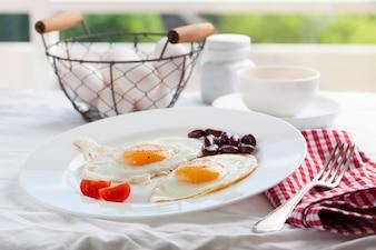 Gebakken eieren in een schotel met een vork