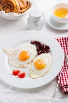 Gebakken eieren in een schotel