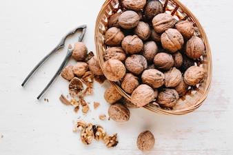 Gebarsten walnoten in samenstelling