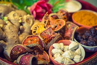 Gedroogd voedsel in een klei kom close-up
