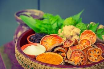 Gedroogd voedsel in een klei kom