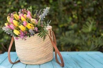 Gekleurde tulpen in een handtas
