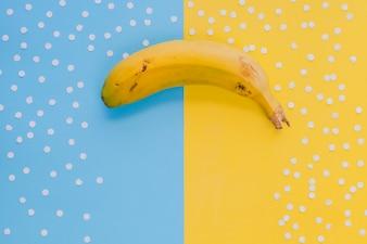 Gele banaan in conceptuele samenstelling