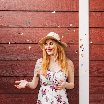 Gelukkig blond meisje met confetti