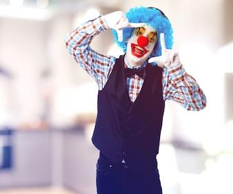 Gelukkig clown die een frame met zijn handen