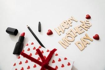 Gelukkig moederdag belettering met geschenkdoos en eyeliner