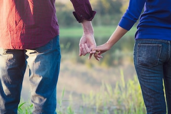 Gelukkig paar hand in hand houden als voor altijd liefde.