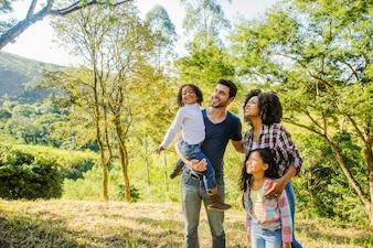 Gelukkige familie genieten van het platteland