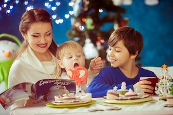 Gelukkige familie in de kerststudio