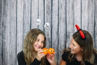 Gelukkige meisjes met kleine manden