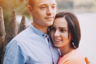Gelukkige vrouw met hoofd op de borst van haar vriendje