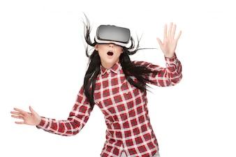 Geschokte vrouw met geopende mond die in cyberspace reist.