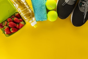 Gezond leven sport concept. Sneakers met fruit, handdoek en fles water op houten achtergrond. Copy Space.