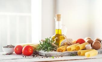 Gezonde ingrediënten op een keukentafel - spaghetti, olijfolie, t