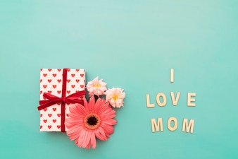 "Gift box, bloemen en ""i love mom"" belettering"